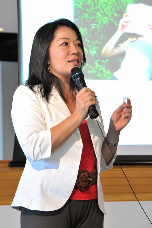 Valerie Khoo (@valeriekhoo) presenting at EDB2011 Writing Seminar
